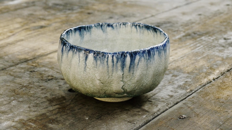 Kato Chawan 1750 - Weiß-blau glasierte Matchaschale mit beige-grauem, gerissenem Ton