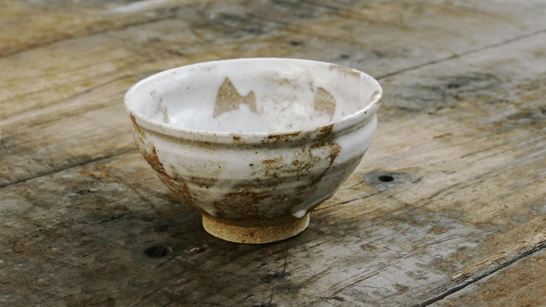 Kato Chawan 1751 - Weiß glasierte Matchaschale mit beige-organgem Ton